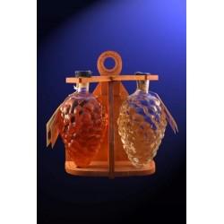 Две бутилки грозде с дървена стойка